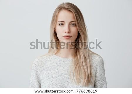 belo · mulher · jovem · intrigado · em · pé · câmera · mãos - foto stock © deandrobot