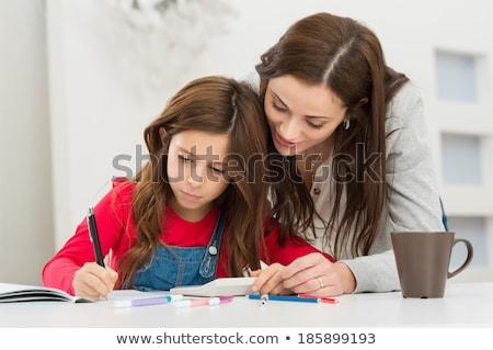 Foto d'archivio: Concentrato · madre · aiutare · figlia · compiti · per · casa · donna