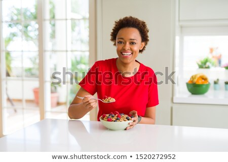 atractivo · mujer · sonriente · comer · cereales · desayuno - foto stock © rob_stark