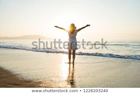 Mujer pie armas playa sol Foto stock © wavebreak_media