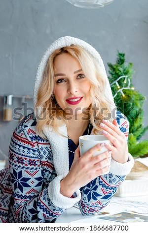 Csinos lány üveg cappucchino élvezi ital Stock fotó © pressmaster