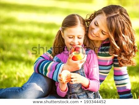 peu · bébé · manger · pomme · portrait - photo stock © mikko