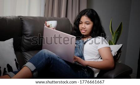Laptop dziewczyna technologii internetowych komunikacji Zdjęcia stock © ambro