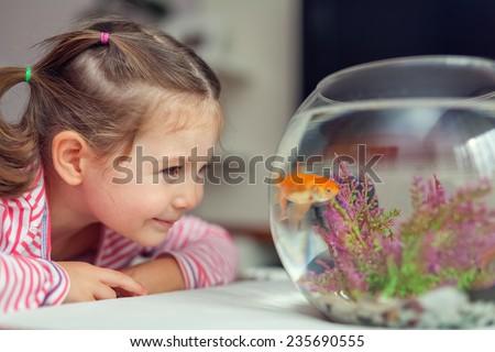 küçük · kız · bakıyor · balık · tank · akvaryum · çocuk - stok fotoğraf © wavebreak_media