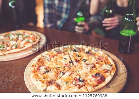 Groep vrienden fles bier pizza partij Stockfoto © wavebreak_media
