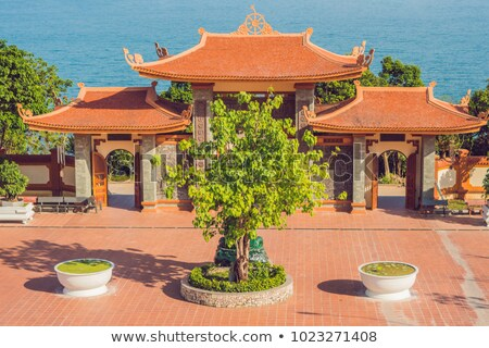 Gyönyörű buddhista templom domboldal Vietnam piros Stock fotó © galitskaya