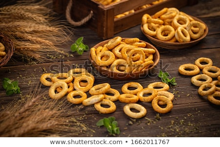 Stilleven zoute krakeling ringen rustiek houten ring Stockfoto © grafvision