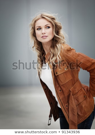 Retrato mulher jovem jaqueta de couro olhando câmera Foto stock © feedough