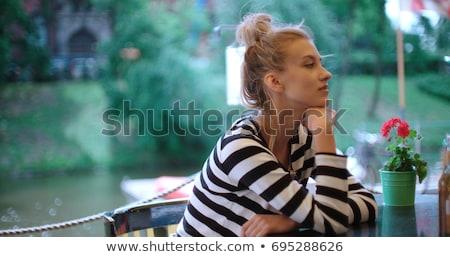 Smutne nudzić młoda kobieta posiedzenia tabeli Kafejka Zdjęcia stock © deandrobot