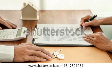 Stockfoto: Onroerend · ontwikkelaar · agent · teken · document · sleutels