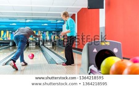 Сток-фото: вид · сзади · зрелый · человек · боулинг · играет · игры · женщину