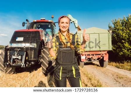 Agriculteur femme agricole machines permanent prêt Photo stock © Kzenon