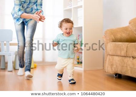 Cute · улыбаясь · мало · мальчика · ходьбе · родителей - Сток-фото © dariazu