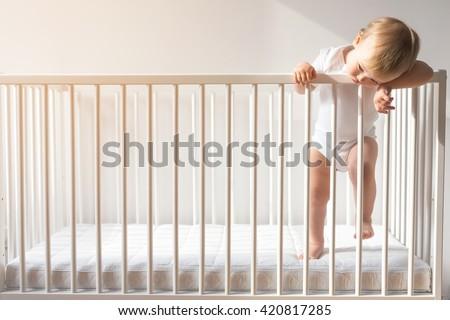 Stok fotoğraf: Ağlayan · ev · bebek · oda · kız