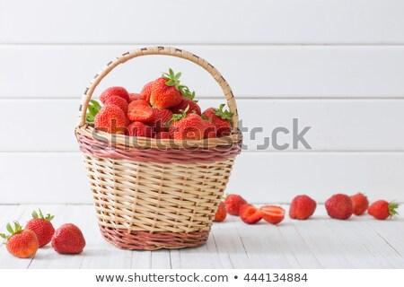 Panier plein fraises fraîches juteuse fraise Photo stock © elly_l