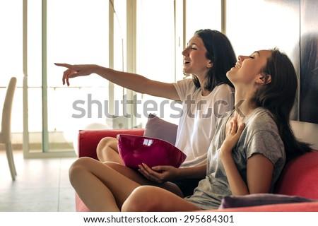 Gençler izlerken tv gülümseme arkadaşlar grup Stok fotoğraf © ambro