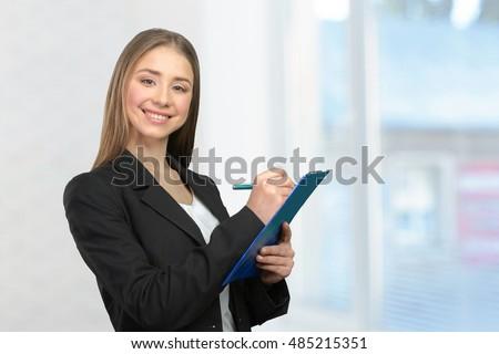 sorridente · mulher · jovem · notas · sessão · cadeira - foto stock © nyul