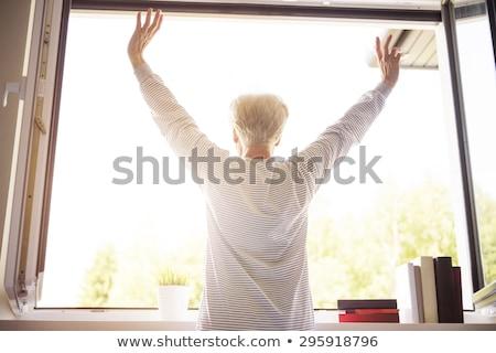 Widok z tyłu starszy kobieta stałego broni plaży Zdjęcia stock © wavebreak_media