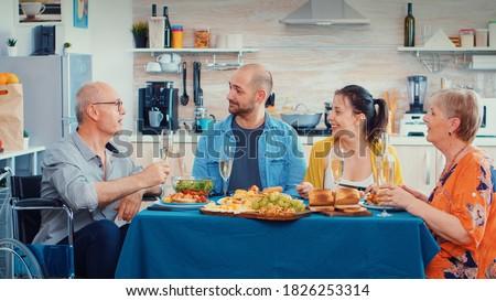 Senior man glas wijn kleindochter Stockfoto © pressmaster