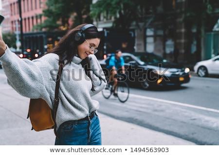 Hoofdtelefoon jonge vrouw lopen New York City telefoon app Stockfoto © Maridav