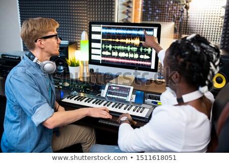Uno contemporáneo músicos senalando sonido Foto stock © pressmaster