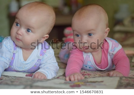 Dois gêmeo bebês meninas sorridente cama Foto stock © master1305