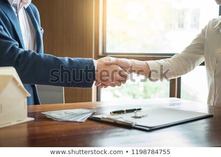 агент · по · продаже · недвижимости · дело · рукопожатие · молодым · человеком · улыбаясь - Сток-фото © snowing