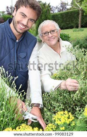 Jonge man tuinieren ouder vrouw bloemen man Stockfoto © photography33