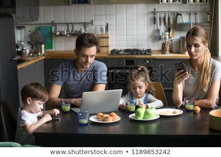 család · okostelefon · reggeli · otthon · technológia · emberek - stock fotó © dolgachov