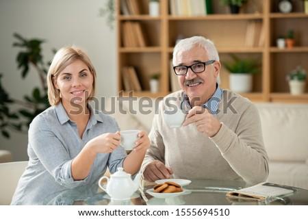 Uśmiechnięty młoda kobieta starszy ojciec herbaty serwowane Zdjęcia stock © pressmaster