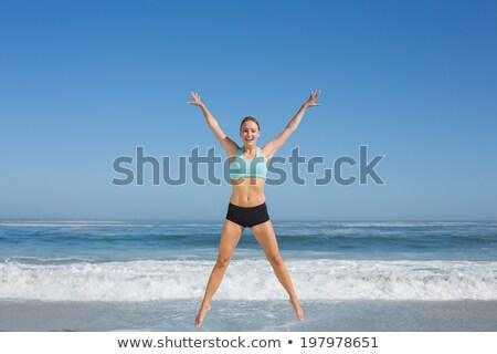Zorgeloos vrouw armen promenade zee Stockfoto © wavebreak_media