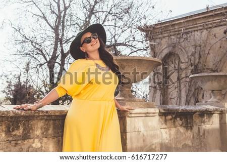 Vonzó túlsúlyos nő divatos ruházat portré Stock fotó © Traimak