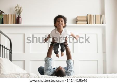 uomo · due · giovani · bambini · letto · sorridere - foto d'archivio © Lopolo