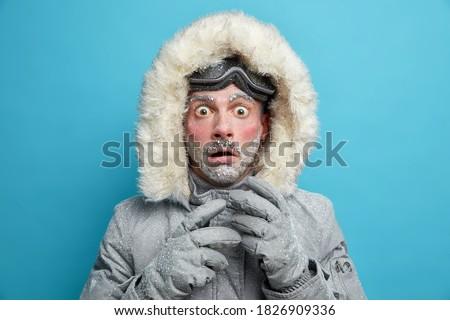 Portret zamrożone człowiek okulary sweter szalik Zdjęcia stock © deandrobot