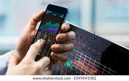 Corretor comércio on-line bolsa de valores telefone móvel mão Foto stock © AndreyPopov