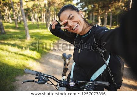 Atrakcyjny dopasować sportsmenka jazda konna rower parku Zdjęcia stock © deandrobot
