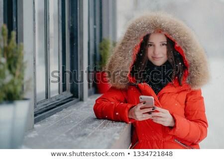 Glimlachend jonge europese vrouwelijke Rood jas Stockfoto © vkstudio