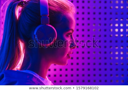 blond · meisje · luisteren · mp3-speler · gelukkig · glimlachend - stockfoto © konradbak