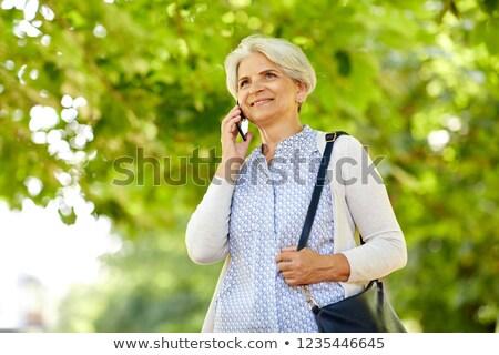 alegre · altos · mujer · hablar · móviles · sonriendo - foto stock © dolgachov
