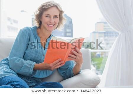 портрет · женщину · чтение · книга · гостиной · лице - Сток-фото © wavebreak_media