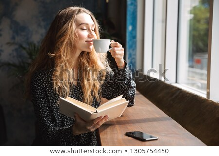 zonnebril · tabel · cafe · gelukkig · licht · cake - stockfoto © is2