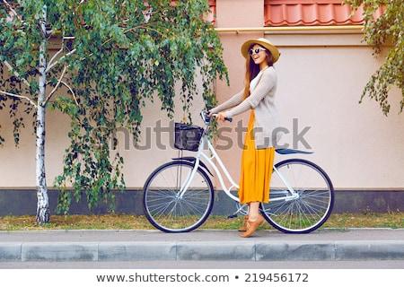 Foto d'archivio: Ragazza · felice · equitazione · vintage · bike · parco · caduta