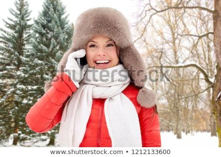 gelukkig · vrouw · winter · hoed · roepen · smartphone - stockfoto © dolgachov