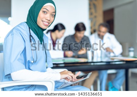 Zijaanzicht kaukasisch vrouwelijke chirurg digitale tablet Stockfoto © wavebreak_media