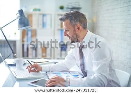 成熟した · ビジネスマン · 作業 · ノートパソコン · 白 · ビジネス - ストックフォト © get4net
