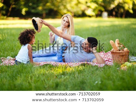 Fiatal lány nyár kalap piknik park eszik Stock fotó © deandrobot