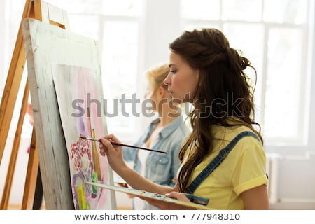 Meisje schildersezel schilderij kunst school studio Stockfoto © dolgachov