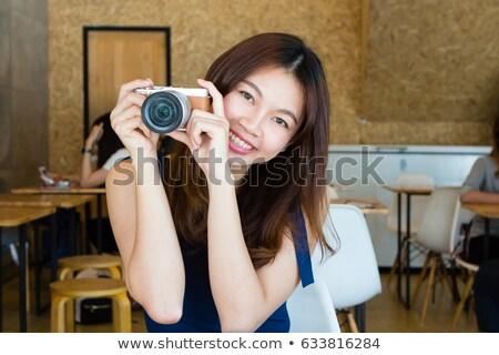 Portré gyönyörű mosolyog fiatal nő dslr kamera Stock fotó © maxpro