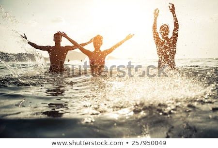 Foto stock: Silhueta · amigos · pôr · do · sol · água · mulher · menina
