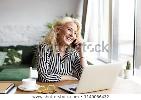 multitarefa · mulher · madura · um · telefone · chamar · outro - foto stock © is2